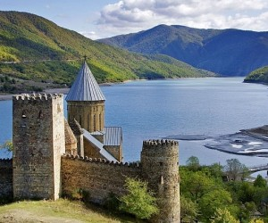 Крепость Ананури на берегу Жинвальского водохранилища, Грузия.