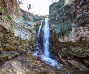 Необычное ущелье с водопадом в центре Тбилиси
